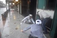 祇園では看板などが飛ばされ、警察官らが撤去に追われた=京都市東山区で2018年9月4日午後2時37分、川平愛撮影