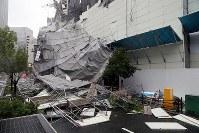 台風の影響で倒壊し、土佐堀通りをふさいだ工事現場の足場=大阪市西区で2018年9月4日午後3時38分、幾島健太郎撮影