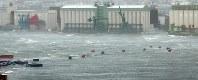 台風21号の高潮に洗われる岸壁と海上に流れ出したコンテナ=神戸市東灘区の六甲アイランドで2018年9月4日午後2時18分、湯谷茂樹撮影