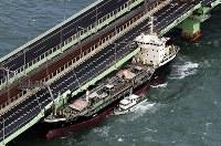 関西国際空港の連絡橋に衝突したタンカー=2018年9月4日午後5時57分、本社ヘリから幾島健太郎撮影