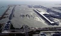 滑走路が浸水した関西国際空港=2018年9月4日午後5時55分、本社ヘリから幾島健太郎撮影