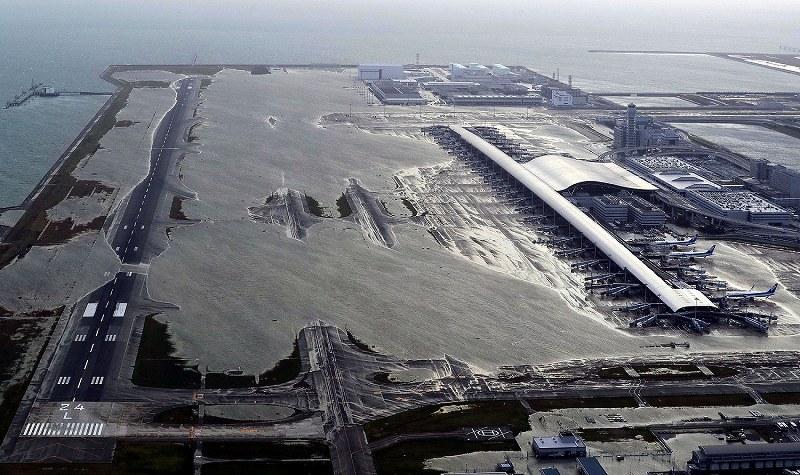 関西空港滑走路など浸水、最大風速58m