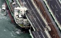 関西国際空港の連絡橋に衝突したタンカー=2018年9月4日午後5時56分、本社ヘリから幾島健太郎撮影