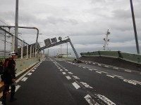 関西国際空港の連絡橋に衝突したタンカー=2018年9月4日午後5時半ごろ、海上保安庁提供