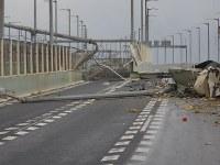タンカーが衝突した関西国際空港の連絡橋=2018年9月4日午後5時半ごろ、海上保安庁提供