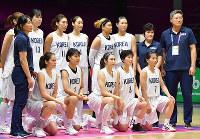 アジア大会女子バスケの試合前に記念撮影する南北合同チームの選手たち=ジャカルタで2018年8月15日、宮間俊樹撮影