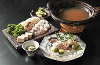 ハモ料理。(手前右から時計回りに)ハモの湯引きと焼き霜造り、珍味の一皿とハモ皮ざく、ハモ鍋=小出洋平撮影