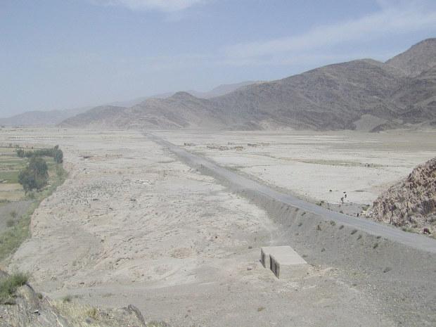 かんがいする前のアフガニスタン東部のスランプール平野(2003年)(ペシャワール会提供)
