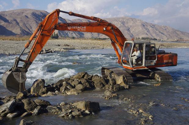 中村哲さんが操作する取水堰を改修作業中のショベルカー(2011年)(ペシャワール会提供)