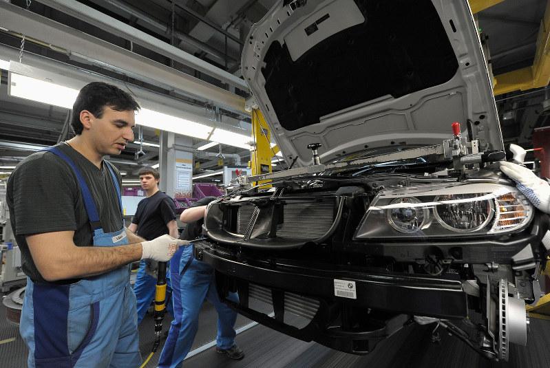 人手不足が成長の足かせに(ミュンヘンの工場)(Bloomberg)