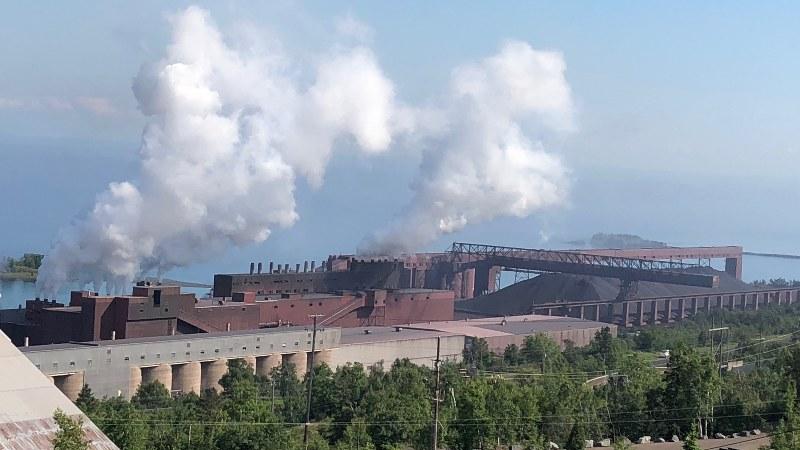 数十年ぶりにフル操業となった鉄鉱石加工工場=米中西部ミネソタ州ツーハーバーズ近郊で2018年6月27日、清水憲司撮影