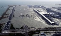 Kansai International Airport is flooded due to a storm surge caused by Typhoon Jebi on Sept. 4, 2018. (Mainichi)