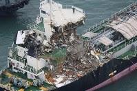 連絡橋に衝突し、大きく破損したタンカー=関西国際空港で2018年9月5日午前7時58分、本社ヘリから加古信志撮影