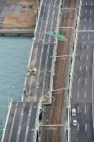 タンカーが衝突し、破損した関西国際空港の連絡橋=2018年9月5日午前8時、本社ヘリから加古信志撮影