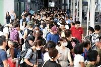 神戸空港行きの船の列に並ぶ人たち=関西国際空港で2018年9月5日午前8時19分、小松雄介撮影