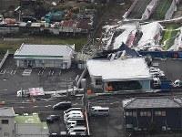 台風21号の爪痕が残る市街地=大阪府田尻町で2018年9月5日午前7時51分、本社ヘリから加古信志撮影