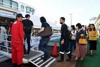 関西国際空港から神戸空港に向かう船に乗り込む人たち=2018年9月5日午前7時10分、小松雄介撮影