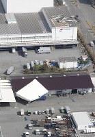 台風21号から一夜明け、屋根などが散乱する神戸市の六甲アイランド=2018年9月5日午前9時19分、本社機「希望」から