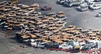 台風21号から一夜明け、燃焼した車が散乱する兵庫県西宮市甲子園浜の車のオークション会場=2018年9月5日午前9時9分、本社機「希望」から