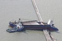 台風21号から一夜明け、兵庫県西宮市の堤防に座礁した船=2018年9月5日午前9時7分、本社機「希望」から