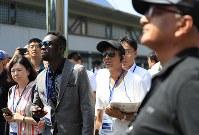 2020年東京五輪・パラリンピックのワールドプレスブリーフィングの一環で、建設中の国立競技場を見つめる海外からの報道陣=東京都渋谷区で2018年9月5日午前11時58分、梅村直承撮影