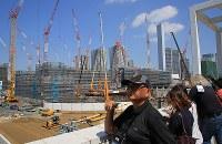 2020年東京五輪・パラリンピックのワールドプレスブリーフィングの一環で、建設中の選手村を視察する海外からの報道陣=東京都中央区で2018年9月5日午前10時42分、梅村直承撮影