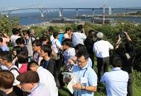 建設中の海の森水上競技場を視察する国内外の報道陣=東京都江東区で2018年9月5日午後2時17分、梅村直承撮影