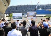 2020年東京五輪・パラリンピックのワールドプレスブリーフィングの一環で、建設中の国立競技場を視察する国内外の報道陣=東京都渋谷区で2018年9月5日午前11時53分、梅村直承撮影