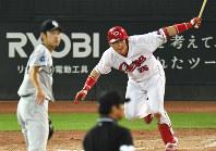 【広島7-4中日】二回裏広島2死一、三塁、新井貴浩が左前適時打を放つ=マツダスタジアムで2016年9月8日、大西岳彦撮影