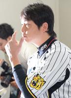 WBCへの参加を表明する新井貴浩選手会長=阪神甲子園球場で2012年9月4日午後4時すぎ、望月亮一撮影