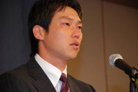 涙交じりに会見する広島の新井貴浩=広島市中区のホテルで2007年11月8日午前11時13分、矢追健介撮影
