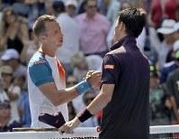 【男子シングルス4回戦】試合後、フィリップ・コールシュライバー(左)と握手を交わす錦織圭=AP