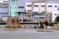 高潮で海水をかぶったハーバーランドの岸壁=神戸市中央区で2018年9月4日午後4時2分、峰本浩二撮影