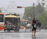 強い雨と風が続いたJR姫路駅前=兵庫県姫路市駅前町で2018年9月4日午後0時52分、幸長由子撮影