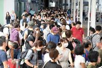 神戸空港行きの高速船の列に並ぶ人たち=関西国際空港で2018年9月5日午前8時19分、小松雄介撮影