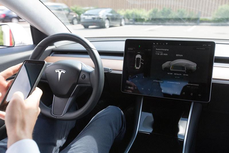 自動運転には最先端のソフトが組み込まれる(Bllomberg)