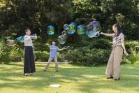 シャボン玉を作られる悠仁さま(中央)と眞子さま(左)、佳子さま(右)=東京・元赤坂の秋篠宮邸で2018年8月10日撮影(宮内庁提供)
