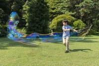 シャボン玉を作られる悠仁さま=東京・元赤坂の秋篠宮邸で2018年8月10日撮影(宮内庁提供)