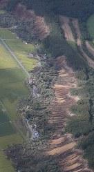 地震による土砂崩れに巻き込まれた建物=北海道厚真町で2018年9月6日午前8時35分、本社機「希望」から佐々木順一撮影