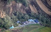 地震による土砂崩れに巻き込まれた建物=北海道厚真町で2018年9月6日午前8時13分、本社機「希望」から佐々木順一撮影