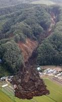 地震で発生した大規模な土砂崩れ現場=北海道厚真町で2018年9月6日午前8時21分、本社機「希望」から佐々木順一撮影