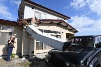 地震で倒れた民家の煙突=北海道厚真町で2018年9月6日午前8時16分、竹内幹撮影