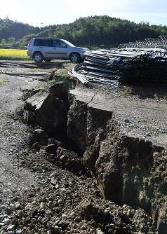 地震のため段差ができた農道=北海道厚真町で2018年9月6日午前7時54分、竹内幹撮影