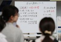 地震の影響で旅客機の欠航が発生し、空港で待つ人たち=函館空港で2018年9月6日午前10時53分、佐々木順一撮影