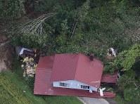 地震による土砂崩れに巻き込まれた建物=北海道厚真町で2018年9月6日午前8時50分、本社機「希望」から佐々木順一撮影