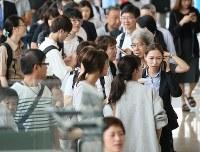 地震の影響で欠航が発生し、空港で待つ人たち=函館空港で2018年9月6日午前10時54分、佐々木順一撮影