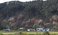 地震による土砂崩れで被害を受けた民家=北海道厚真町で2018年9月6日午前8時40分、竹内幹撮影