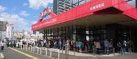 生活用品などを買い求める客で長い行列ができたヤマダ電機札幌月寒店=札幌市豊平区で2018年9月6日午前11時27分、土谷純一撮影