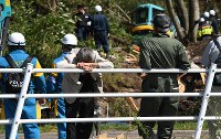 捜索活動に立ち会う家族や関係者=北海道厚真町で2018年9月6日午前10時6分、竹内幹撮影