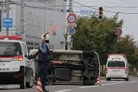 地震による停電で点灯しなくなった信号の交差点付近で起きた事故で横転した車両=北海道東神楽町で2018年9月6日午後1時16分、和田大典撮影